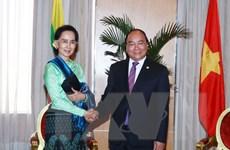 Thủ tướng gặp bà Aung San Suu Kyi bên lề Hội nghị ASEAN 30