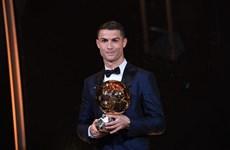 Cristiano Ronaldo san bằng kỷ lục giành 5 Quả bóng vàng của Messi