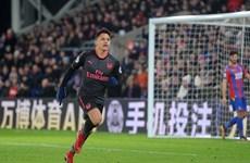 Arsenal chiến thắng trong ngày Wenger san bằng kỷ lục của Sir Alex