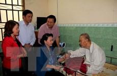 Chủ tịch Quốc hội tặng quà Tết gia đình chính sách và hộ nghèo