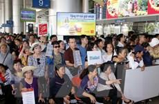 """Sân bay Tân Sơn Nhất """"quá tải"""" người thân đón kiều bào về nước"""