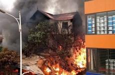 Hà Nội: Cháy lớn thiêu rụi dãy cửa hàng ở chân cầu Vĩnh Tuy