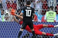 """Thủ môn Iceland """"nổ tưng bừng"""" sau khi cản cú sút 11m của Messi"""