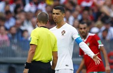 Cầu thủ Maroc tố trọng tài xin áo Ronaldo khi trận đấu đang diễn ra