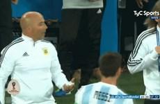 HLV Sampaoli phải xin phép Messi trước khi đưa Aguero vào sân?