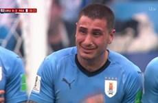 Tuyển thủ Uruguay Gimenez bật khóc khi đang thi đấu trên sân