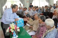 Phó Thủ tướng tặng quà Mẹ Việt Nam anh hùng tại Long An và Tiền Giang