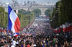Cận cảnh 'biển người' chào đón nhà vô địch Pháp rước cúp về Paris