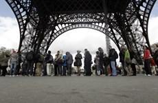 Pháp: Nhân viên làm việc tại Tháp Eiffel đình công vì thang máy