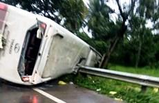 Lâm Đồng: Xe khách mất lái lật nghiêng, hành khách hoảng loạn