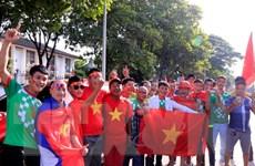 Cổ động viên hâm nóng bầu không khí trước trận Lào-Việt Nam