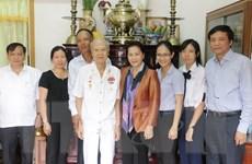 Chủ tịch Quốc hội tặng quà Tết các gia đình chính sách tại Cần Thơ