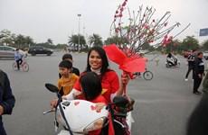 [Video] Cổ động viên mang bánh chưng và hoa đào tặng thầy Park
