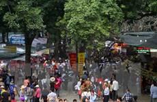 Tái diễn tình trạng rác chất thành từng đống tại Chùa Hương