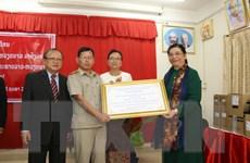 Lãnh đạo Việt Nam tặng quà trường PTTH Hữu nghị Lào-Việt Nam