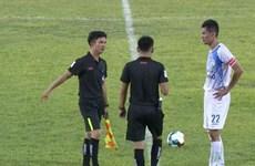 Cầu thủ Cần Thơ sút phạt vào lưới nhà bị 'treo giò' hết lượt đi