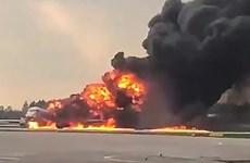 [Video] Cận cảnh máy bay chở khách Sukhoi Superjet cháy dữ dội ở Nga