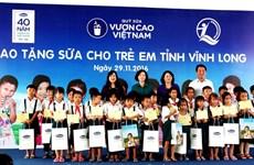 Quỹ sữa Vươn cao Việt Nam trao tặng sữa cho trẻ em tỉnh Vĩnh Long