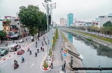 [Photo] Những người dọn rác thầm lặng trên dòng sông Tô