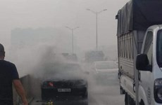 Hà Nội: Ôtô Mercedes bốc cháy, tài xế thoát chết tại vành đai 3