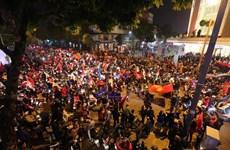 [Video] Người dân Thủ đô xuống đường ăn mừng chiến thắng lịch sử