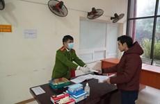 Cảnh sát PCCC phát khẩu trang, găng tay miễn phí cho người dân