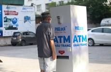 [Video] Người dân Hà Nội hào hứng với cây ATM khẩu trang độc đáo