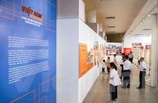 Người dân thích thú thăm quan Triển lãm ảnh đặc biệt về Việt Nam