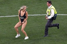 Người mẫu áo tắm gây náo loạn trận chung kết Champions League