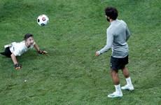 Các cầu thủ Liverpool dành thời gian chơi bóng với trẻ khuyết tật
