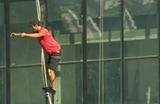Nghẹt thở với môn thể thao đi bộ trên dây ở độ cao hàng trăm mét