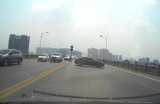 Tài xế ôtô gây nguy hiểm khi đột ngột quay đầu trên cầu Vĩnh Tuy