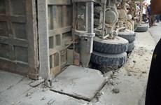 Nghệ An: Xe tải lật nghiêng, đổ hàng tấn đá hộc vào nhà dân