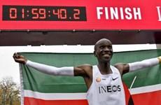 Vận động viên Kenya lập kỷ lục chạy hết một cuộc marathon dưới 2 giờ