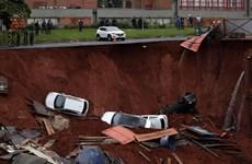 Hố tử thần khổng lồ 'nuốt chửng' nhiều xe ôtô tại Brazil
