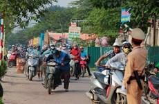 Tài xế dắt xe qua mặt cảnh sát giao thông để tránh bị phạt