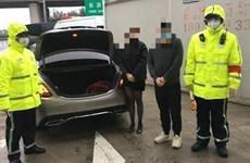Trung Quốc: Cảnh sát bắt người trốn trong cốp xe để né chốt kiểm dịch