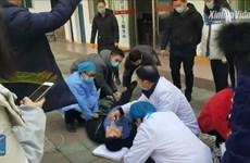 Trung Quốc: Quan chức y tế ngất xỉu khi đang phòng chống dịch