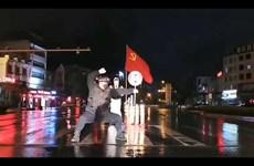 Nhân viên cảnh sát ung dung tập võ giữa đường để giữ ấm cơ thể