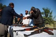 Afghanistan: Các tay súng Taliban đầu tiên giao nộp vũ khí