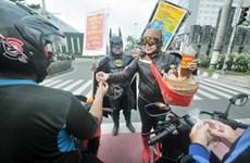 Đóng giả siêu anh hùng phát nước thảo dược miễn phí cho người dân