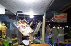Bình Phước: Xe tải chở gỗ lao vào ba quán nhậu, 2 người bị thương
