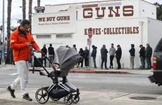 Dịch bệnh bùng phát, người dân Mỹ xếp hàng...đi mua súng