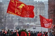 Nhiều người dân Nga đến đặt hoa tưởng niệm tại Lăng Lenin