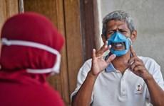 Thợ may Indonesia chế khẩu trang đặc biệt giúp người điếc chống dịch