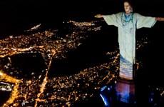 Tượng Chúa cứu thế tại Rio de Janeiro được 'đeo khẩu trang'