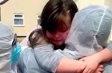 Xúc động cảnh nữ nhân viên y tế được gặp con sau hai tháng cách ly