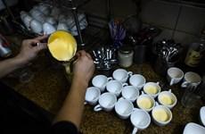Bia trứng Hà Nội thu hút sự tò mò của du khách quốc tế