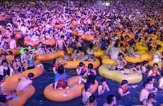 Hàng nghìn người dân Vũ Hán tụ tập tổ chức tiệc âm nhạc bể bơi