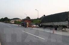 Hai xe tải va chạm trên cao tốc Nội Bài-Lào Cai, một người tử vong